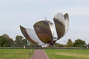 Die High-Tech-Tulpe aus Stahl, &quot;Floralis Genrica&quot;, ffnet und schliet ihr Kpfchen.&#xD;&#xA;Der groe, weie Obelisk wird immer wieder Zeuge heftiger Emotionen.
