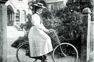 Eine junge Frau beim Fahrradfahren, 1896. Der Anstand verlangte bedeckte Knchel, ein entblter Unterschenkel erregte Ansto.