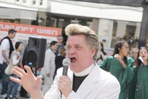 Reverend Billy bei seiner Mission am Wiener Graben. Gegen Konsum-wahn, fr ein besseres Leben.