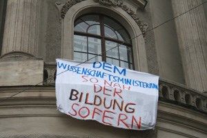 Neben Studenten und Schlern sollen sich heute auch die Initiative&#xD;&#xA;&quot;Kindergartenaufstand&quot;, die Gewerkschaftsjugend (GJ) und&#xD;&#xA;protestierende Lehrende der Uni Wien beteiligen.