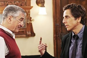 Wer ist denn hier der Herr im Haus: Ben Stiller (re.) und Robert De Niro als Schwiegersohn und -vater, die auch im dritten Teil des Komdienerfolgs nicht so recht zueinander finden wollen - ab Freitag im Kino.