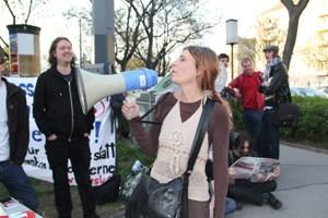 Artikelbild: Vor dem Lokal versammeln sich rund 50 Demonstranten - derStandard.at/Sebastian Pumberger