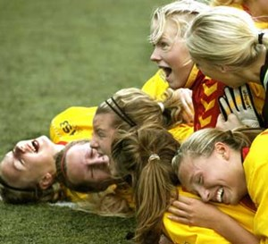 Mehr als 60.000 lizenzierte Fuballerinnen zhlt Schweden, der Nachwuchs wird schon in Kindergrten herangezogen, die Talente feiern zum Beispiel im St. Erik's Cup ihre Tore. 