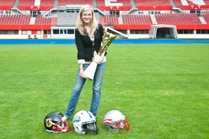 Irina Salewski mit dem Pokal der heurigen American Football-WM,  die im Juli in Wien ausgetragen wurde.