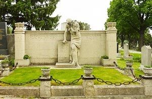 Ein Denkmal am Ottakringer Friedhof erinnert an die Revolten von 1911. Die Wiener FremdenfhrerInnen berichten in einer Spezial-Fhrung davon