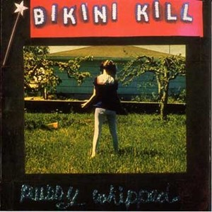"1993 erschien das dritte Album von Bikini Kill ""Pussy Whipped"" auf dem Label Kill Rock Stars, u.a. mit der Riot Grrrl Hymne ""Rebel Girl"".