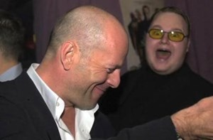 "Kim Schmitz looking at Bruce Willis (oder wie Gizmodo vermutet: ""He tried to eat Bruce Willis"")"