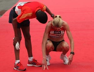 Haile Gebrselassie und der Trost fr Paula Radcliffe nach dem Halbmarathon. 