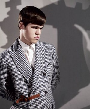 Der Weltranglisten-Erster Magnus Carlsen wurde 2010 als Model fr das Label G-Star unter Vertrag genommen. Das norwegische Wunderkind mit dem ungewhnlichen und strengen Gesicht wurde mit 13 Jahren Gromeister. Foto-Shootings mit Liv Tyler und Gemma Arterton folgten erst mit 20.