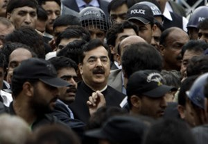 Premier Yousuf Raza Gilani (Mitte) verlsst nach Urteilsverkndung und Verbung der Strafe das Gerichtsgebude. 