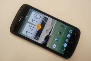 HTC One S&#xD;&#xA;Technische Ausstattung: 1 GB RAM und bis zu 16 GB Flash-Speicher, 1,5 GHz Dual-Core Qualcomm Snapdragon S4 Krait-SoC Prozessor&#xD;&#xA;Display: 4,3 Zoll Super AMOLED-Touchscreen mit Gorilla-Glas, 16 Millionen Farben, 540 x 960 Pixel&#xD;&#xA;Mae: 130,9 x 65 x 7,8 mm, 119,5 g &#xD;&#xA;Anschlsse/Datenbertragung: WLAN, HDMI, Bluetooth 4.0&#xD;&#xA;Akku: 1.650 mAh, Gesprchszeit GSM/UMTS: bis zu 7 Std., Standby-Zeit GSM/UMTS: bis zu etwa 440 Std.&#xD;&#xA;Netze: UMTS/HSPA, GSM/GPRS/EDGE&#xD;&#xA;SIM-Karte: microSIM&#xD;&#xA;Preis: 423 Euro
