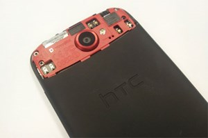 Good bye, mini-SIM-Karte! HTC hat fr das One S eine micro-SIM-Karte vorgesehen. Der Steckplatz befindet sich auf der Rckseite, oben links von der Kameralinse.