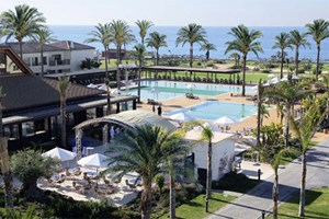 Unterkunft: Robinson Club Playa Granada. Das All-inclusive-Flaggschiff der Tui-Gruppe liegt direkt an der Costa Tropical mit Kiesstrand. In das 80 km entfernte Granada fhrt eine Autobahn. Die Anlage in maurisch-andalusischem Stil verfgt ber 299 Zimmer, Apartments und Suiten. Auerdem gibt es einen 18-Loch-Golfplatz, sechs Tennispltze mit Tennisschule, Swasserpool, Fitnessstudio mit Personal Trainern und Spa. Gnstige Arrangements gibt es beispielsweise im Oktober: Eine Woche ab Wien kostet pro Person im DZ 1129 Euro. Essen im Spezialittenrestaurant La Bodega gibt es gegen Aufpreis.