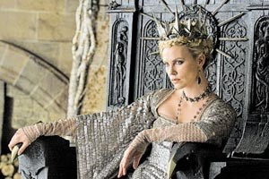 Die Knigin trgt Dornenkrone: Charlize Theron in &quot;Snow White and the Huntsman&quot;.