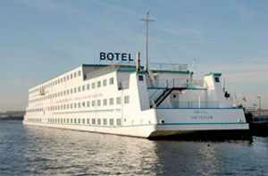 Und auf dem Wasser: Amstel &#xD;&#xA;Botel Hotelschiff mit kostenloser Fhre zum Hauptbahnhof (3 Nchte in &#xD;&#xA;der Doppelkabine mit Frhstck ab 137 Euro pro Person). &#xD;&#xA;www.neckermann.at