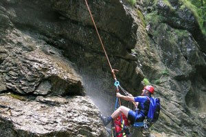 Canyoning ist kein ungefhrlicher Sport, der Ischler Grabenbach forderte schon einmal Todesopfer: Ein Bergretter bei der Bergung einer Leiche im Jahr 2004. Diesmal ging eine Tour noch glimpflich aus.