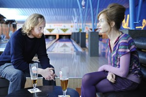 Neues Leben, neue Freunde: Franzsin Babou (Isabelle Huppert) und Belgier &#xD;&#xA;Bart (Jurgen Delnaet) gehen zum Bowling.