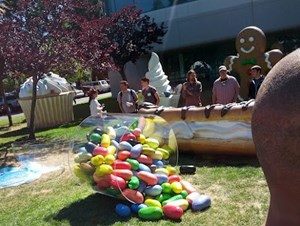 """Jelly Bean"" ist da, und gesellt sich zu den Vorgängern Cupcake, Donut, Eclair, Gingerbread und Co. vor dem Googleplex in Mountain View."