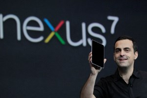 Googles Hugo Barra mit dem Nexus 7.