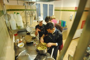 Slowfood-Cooks in Aktion: Jugendliche Asylwerber gingen meist mit viel Ehrgeiz an die Sache, sagt Projektbetreiberin Irene Weinfurter - der ausgeweitete Lehrzugang werde ihnen helfen.