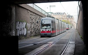 Weil das Gleismaterial Ermdungserscheinungen zeigt, mssen Tramchauffeure ihr Vehikel ganz sacht ins Jonasreindl bugsieren.