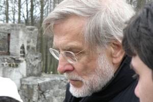 Hagen Fleischer mit griechischen Studenten in der KZ-Gedenkstätte Buchenwald.