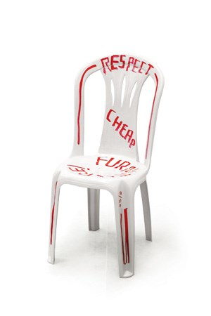 "Martí Guixés Statement ""Respect cheap furniture"" in einer Ausstellung der Berliner Galerie Helmrinderknecht."