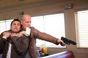 Joseph Gordon-Levitt (li.) und Bruce Willis hadern in &quot;Looper&quot; mit dem &#xD;&#xA;Schicksal, das sie ber die Grenzen der Zeit zusammenfhrt.