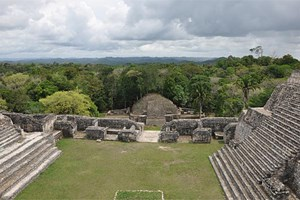 Eine Tempelanlage der Maya in Caracol, Belize. Aktuelle Analysen weisen darauf hin, dass jahrzehntelange Trockenphasen sowie kurze, dramatische Drren zum Kollaps des Reichs der Maya fhrten.