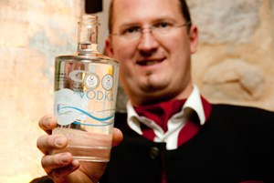 Josef Farthofer mit dem Siegerwodka.