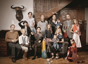 Grofamilien-Patchwork anno 2012: Angesichts der Verwicklungen htte es &#xD;&#xA;komplizierter sein knnen, alle acht Erachsenen und sechs Kinder auf ein&#xD;&#xA; Bild zu bekommen.