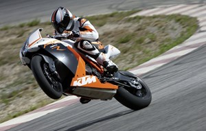 KTM bleibt in sterreich klarer Marktfhrer. Eine RC8R hebt darob freudig den Vorderhuf. 
