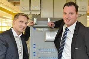 Sozialmarkt-Wien-Grnder Alexander Schiel (links) und AEE-Systems-Gesellschafter Christian Tltl vor den drei &quot;G eye&quot;-Kstchen: Diese Gerte sparen 37 Prozent des Stromverbrauchs ein.