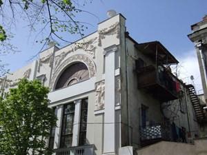Ein Beispiel für buchstäblich vordergründige Renovierung in Tiflis.