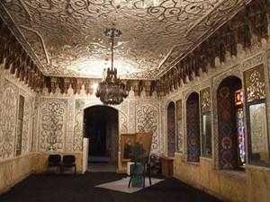 Jugendstil-Ornamentik auf Georgisch: Ein Saal in der heutigen Kunstakademie von Tiflis.