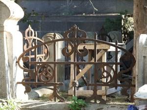 Ein Beispiel für kunstvolle Jugendstil-Gitter auf einem Friedhof in Tiflis.