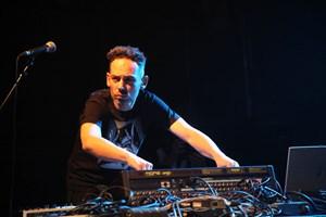 Wolfgang Schlögl (I-Wolf) koordiniert die Herztöne seines zwei neue Alben abwerfenden Trip-Hop-Projekts.
