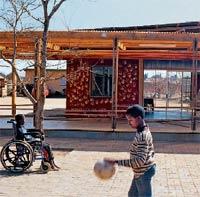 """Linzer Studenten schaffen Heim-Raum für südafrikanische Kinder - und zwar mit traditioneller afrikanischer Bautechnologie, die modifiziert und kostengünstig angewandt wurde. Denn, so Architekt Roland Gnaiger: """"Wir leben in einer Gesellschaft, in der dem Überflüssigen viel mehr Hinwendung, Zeit und Geld zufließt als dem Notwendigen."""""""