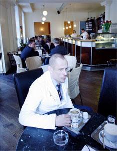 """Keszler im Café Berg, seinem """"untypischen"""" Wiener Lieblingsplatz: """"Man muss sich die Laberei des Wieners anhören."""""""