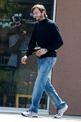 Erste Bilder von Ashton Kutcher als Steve Jobs auf TMZ.
