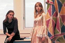 """Probe für den Rollentausch: Lydia (Sara Forestier) und die Lehrerin (Carole Franck) in """"L'esquive""""."""