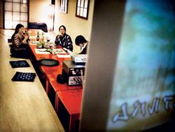 Au ja, Karaoke! Im Senkoma werden schalldichte Boxen installiert. Bis dahin kann man im Tatami-Raum die japanische Form der Selbstdemütigung üben.
