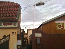 Hier geht's zu den Gänsen und zur verwitterten McDonald's-Rutsche: Der Eingang von Husacina u Galika.