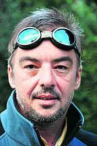 """Martin Grabner (43) ist Bergsteiger, freier Journalist und Redakteur der Zeitschrift """"Land der Berge"""". Er lebt in Wien und schreibt regelmäßig für den Standard. Eine Gletscherpartie im Jahr 2006: Gerlinde Kaltenbrunner in der Shisha-Pangma-Südwand."""