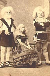 Historisches Bild der Familie Lucasie aus Holland, die aufgrund ihrer hellen Haut- und Haarfarbe im American Museum zur Schau gestellt wurden.