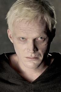 """Die Albinismus-Selbsthilfegruppe NOAH berichtet von 68 Filmen zwischen 1960 und 2006, in denen Albinos negativ dargestellt werden. Das Foto zeigt die Figur Silas aus dem Film """"Da Vinci Code""""."""