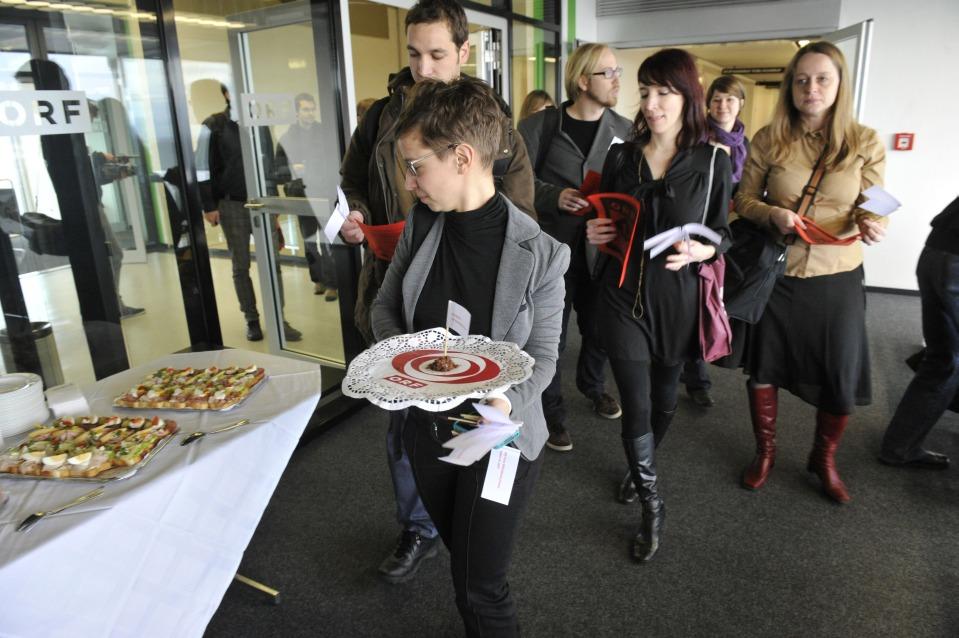ORF_FM mit ihren Bröseln vorbei am Buffet (Foto © Der Standard)