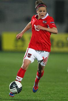 Laura Feiersinger berät sich nicht mit Vater Wolfgang. Über Fußball spricht sie lieber mit ihrem Trainer Thomas Wörle.