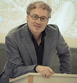 Roland Benedikter ist Politikwissenschaftler und Soziologe und forscht an der Stanford University