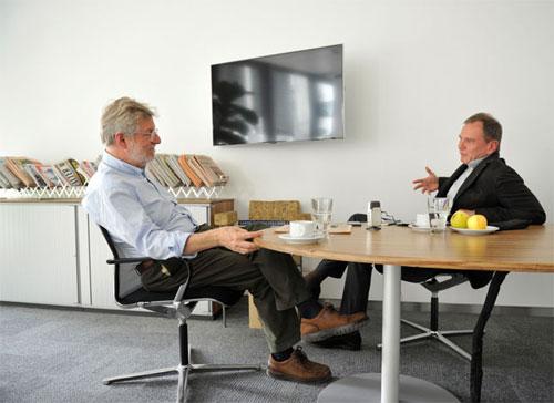 """""""ZiB 2""""-Anchorman Armin Wolf mit STANDARD-Herausgeber Oscar Bronner in dessen Büro im neuen Redaktionsgebäude. Foto: STANDARD/Cremer"""